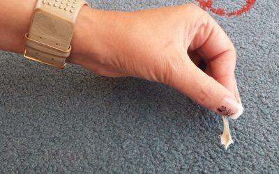 3 bước đơn giản loại bỏ kẹo cao su ra khỏi thảm