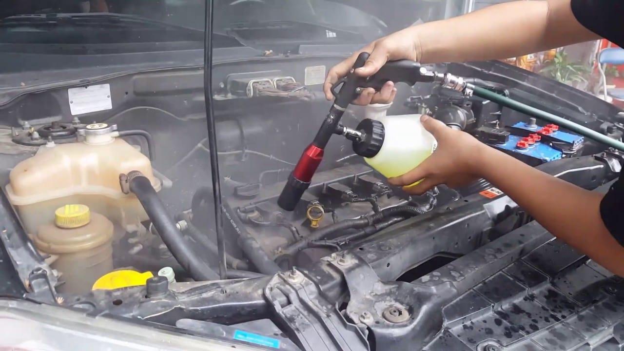 vệ sinh khoang máy xe ô tô bằng súng phun lốc xoáy